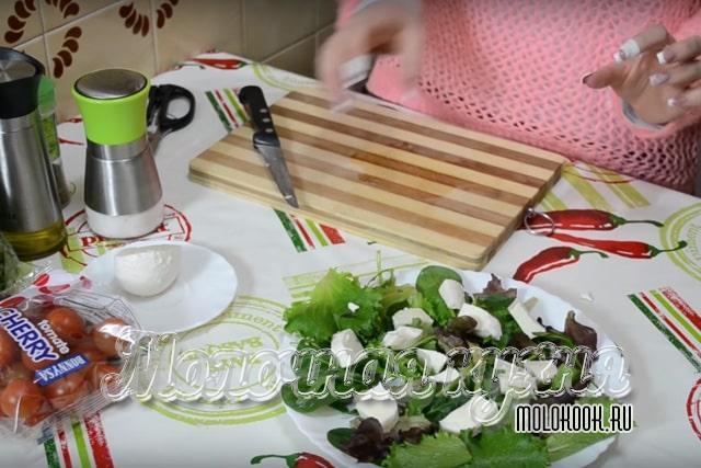 Моцарелла и салатный микс на блюде