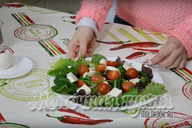 Разложить томаты черри, нарезанные пополам