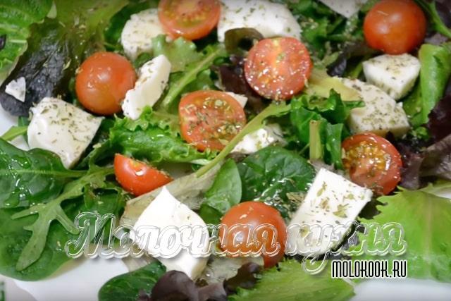 Салат в стиле греческого с сыром моцарелла