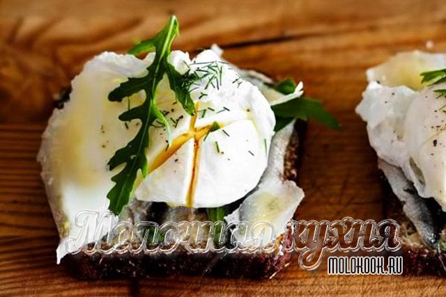 Бутерброды с рукколой и яйцом-пашот