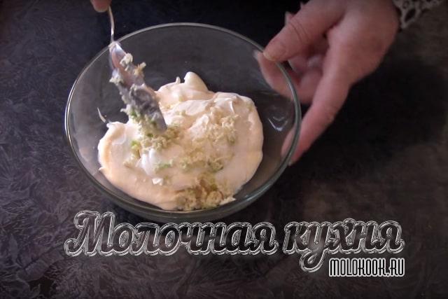 Чеснок, сыр и майонез смешаны в одной миске