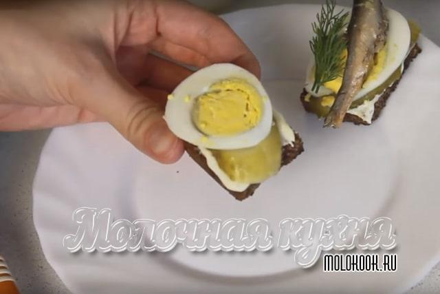 Яйцо и огурец выложены