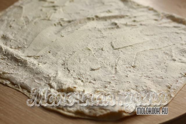 Лаваш, смазанный творожным сыром