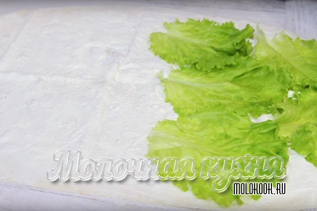 Раскладывание салатных листьев