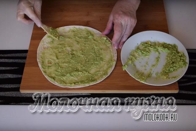 Смазывание лаваша пастой из авокадо