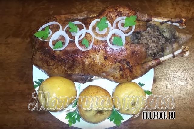 Запеченный сочный гусь, фаршированный гречкой и грибами, с яблоками