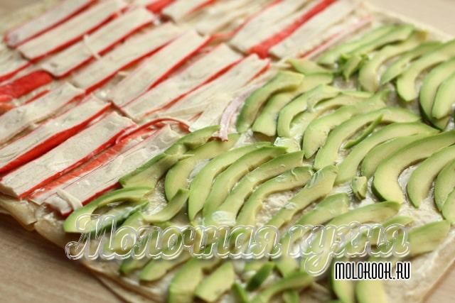 КУсочки авокадо и крабовых палочек на лаваше