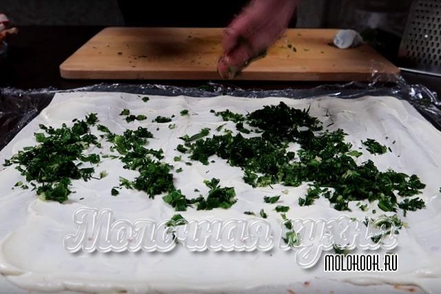Лаваш посыпан смесью чеснока и рубленой зелени
