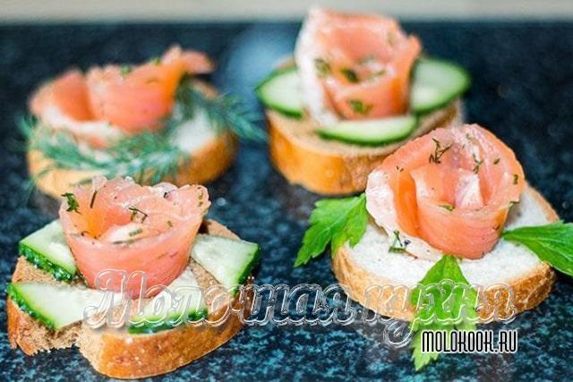 Бутерброды с лососем в виде розочек