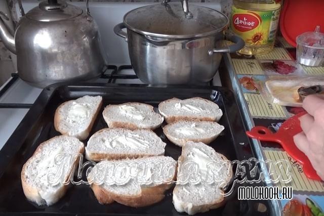Нарезанный и смазанный маслом хлеб
