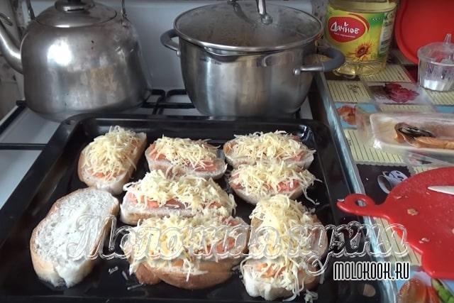 Бутерброды посыпаны сыром