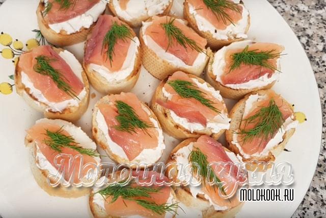 Бутерброды с лососем и творожным сыром