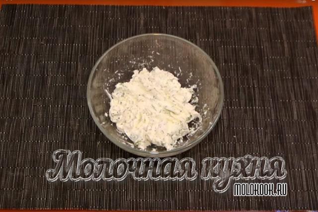 Сыр, смешанный с рубленым укропом