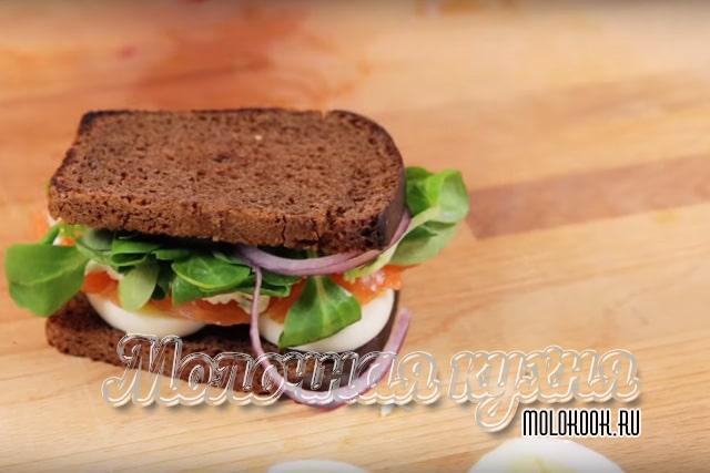 Второй кусок хлеба выложен сверху