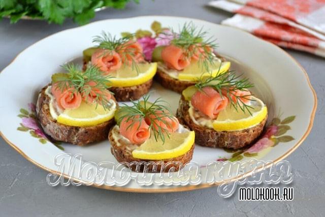 Бутерброды с лимоном и красной рыбой