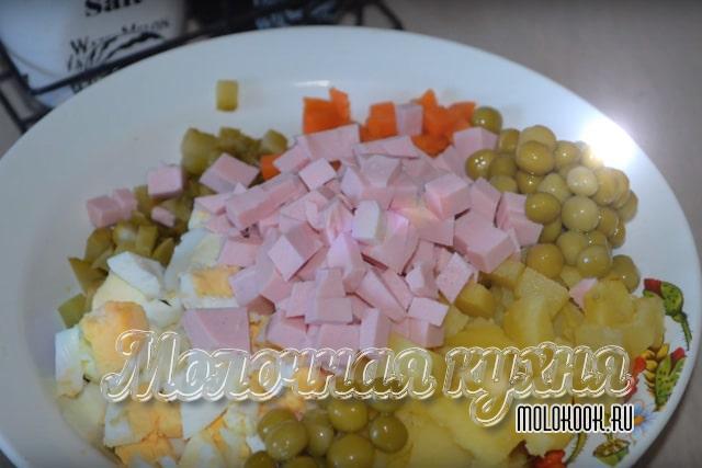 Измельченные продукты в глубокой миске