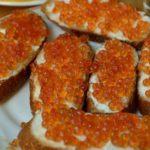 Бутерброды с красной икрой - вкусное и очень простое украшение любого праздничного стола