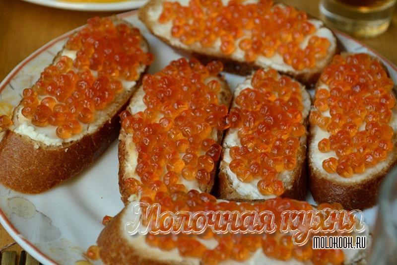 Бутерброды с маслом и красной икрой