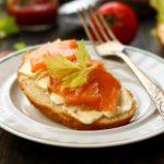 Праздничные бутерброды с ломтиками красной рыбы - украсьте стол просто, быстро и вкусно!
