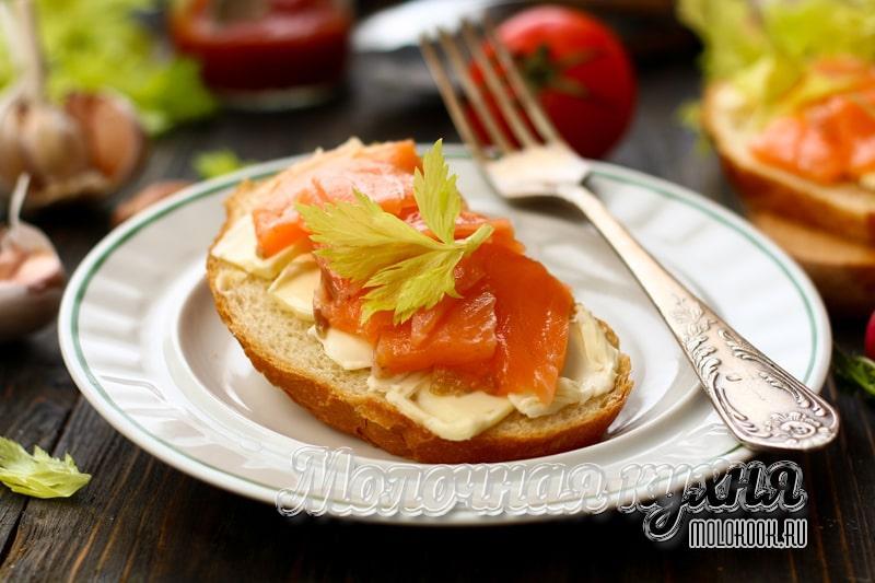 Простой рецепт вкусных бутербродов с соленой красной рыбой