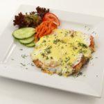 Лучшие рецепты мяса по-французски, запеченного в духовке - свинина под сыром получается удивительно сочной