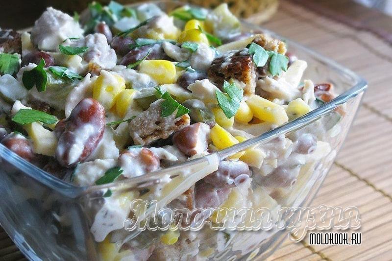 Очень вкусный салат с фасолью и сухариками