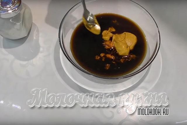 составляющие маринада в миске