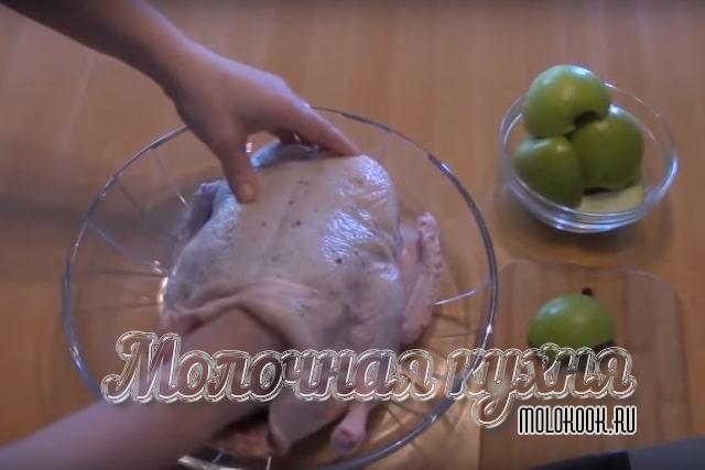 положить кусочки яблок в брюхо