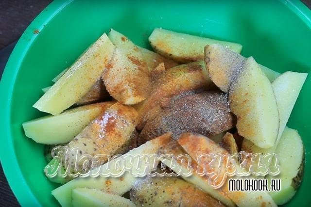 Кусчоки картофеля, посыпанные сухими специями