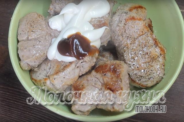 Соус барбекю и майонез добавлены к свиной вырезке