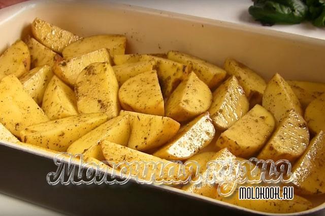 Картофель в жароупорной форме