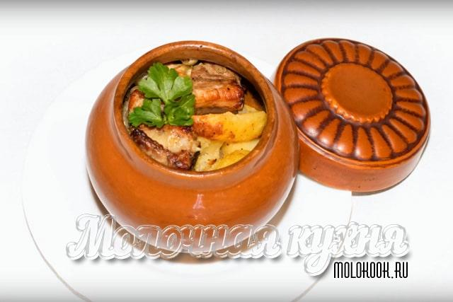 Картошка с мясом, запеченная в глиняных горшочках по-деревенски