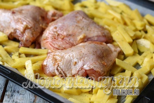 Картофель и курица на противне