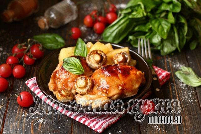 Куриные бедрышки с грибами, маринованные в соевом соусе