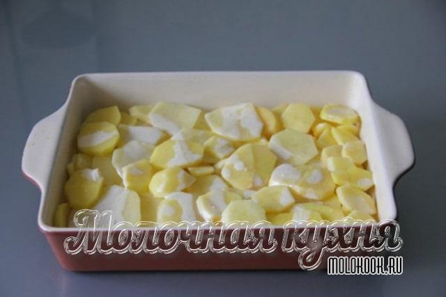 Картофель и лук в жароупорной форме