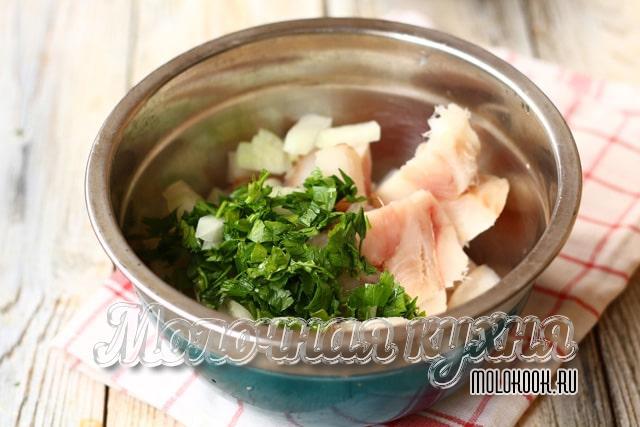 Измельченная рыба и зелень в миске