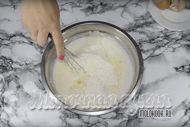 Мука и яйца добавлены