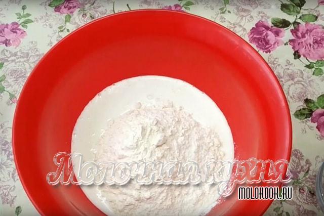 Мука  с кефиром в большой миске