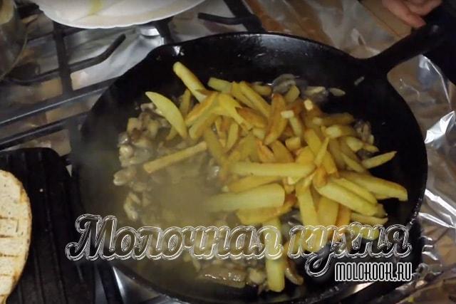Добавить картофель к обжаренным грибам