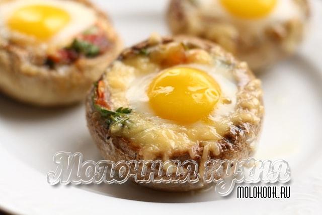 Шампиньоны, фаршированные помидорами и перепелиными яйцами