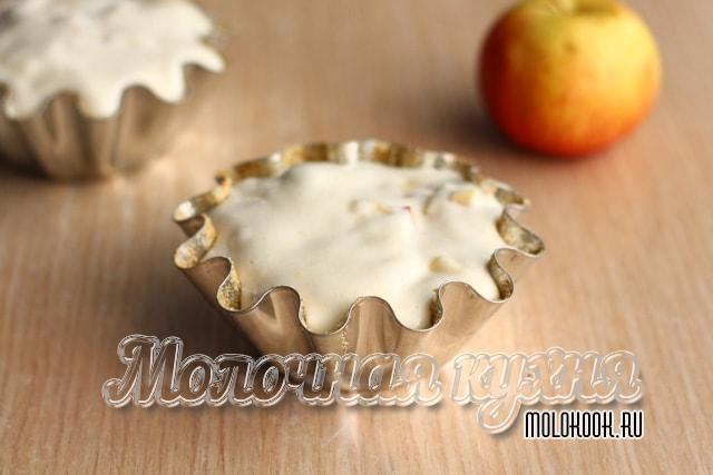 Форма смазана и наполнена компонентами пирога