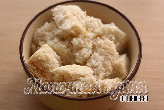Хлебный мякиш в миске