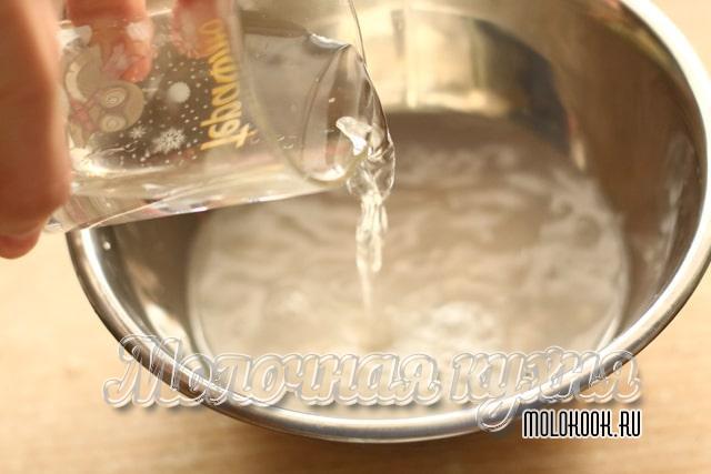 Добавление воды к дрожжам