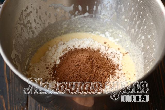 Пекарский порошок, какао и мука высыпаны в миску