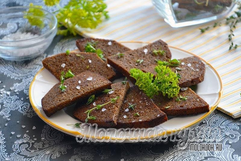 Гренки, приготовленные из черного хлеба, с чесноком