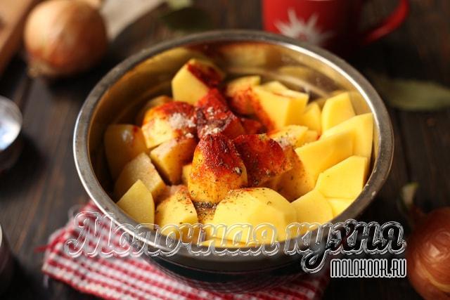 Специи добавлены к картошке