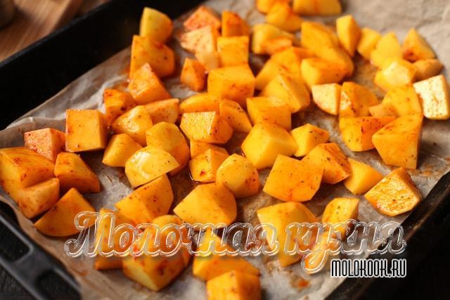 Картофельные ломтики на противне