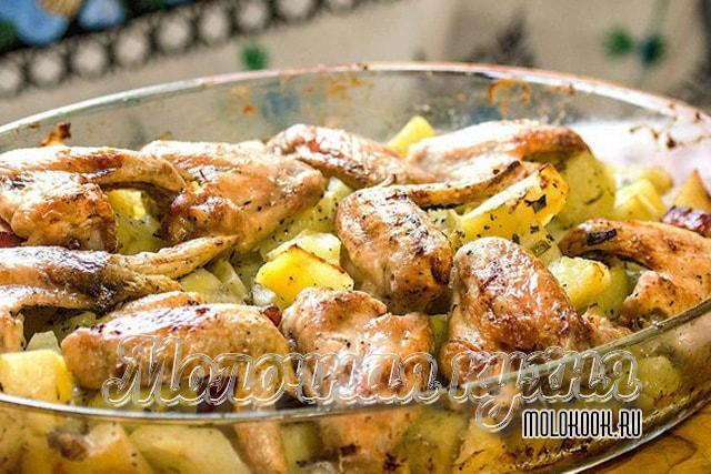 Куриные крылья в аджике с картофелем в духовом шкафу