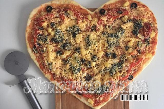 Пицца-сердце с ананасами и курицей