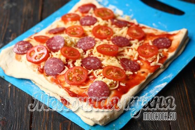 Кружочки помидора с колбасой выложены